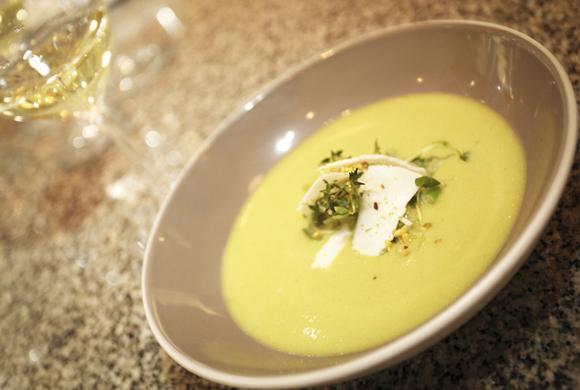 冷製キュウリとアボカドのスープ ヤギのチーズ添え