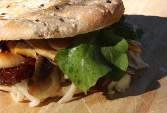 野菜とチーズのサンドウィッチ