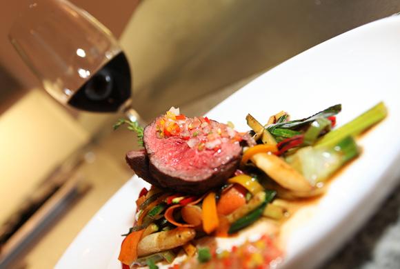 和牛ステーキ ロースト野菜のクレオールソース添え